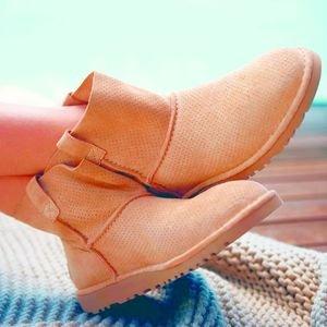 低至$52.72 (原价$91.91)史低价UGG 时尚镂空踝靴