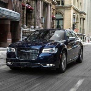 稳重复古的美式轿车Chrysler 300 中型轿车